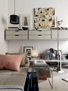 ett loft med en dagbädd och bokhylla