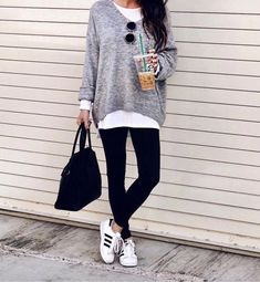 Ways To Style Adidas Superstar Sneakers - The Sister Studio Legging Outfits, Sporty Outfits, Leggings Fashion, Fall Outfits, Black Leggings Outfit Fall, Addidas Leggings Outfit, Sneaker Outfits Women, Sporty Girls, Work Outfits
