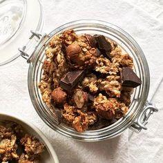 Un granola avec de gros chunks croustillants de flocons d'avoine & de riz soufflé, des éclats de noisettes grillées & de grosses pépites de chocolat. Sans sucre & sans matière grasse - réalisé avec des bananes écrasées & des blancs d'oeuf. Recette sur bowl-and-spoon.com Ps : n'oubliez pas de taguer #bowlandspoonblog sur vos réalisations ✨