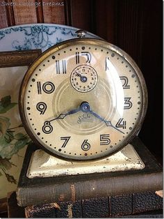 I have this clock. Vintage Alarm Clocks, Old Clocks, Antique Clocks, Tick Tock Clock, Classic Clocks, Old Watches, Time Clock, Clock Decor, Telling Time