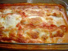 Recette de gratin de poulet a la mozzarella . Il vous faut : blancs de poulet, poivrons rouge, velours de tomates a la mozzarella, crème liquide, eau, mozzarella