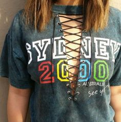 Creating DIY Fashion Trends – Designer Fashion Tips Diy Clothing, Custom Clothes, Do It Yourself Fashion, Customise T Shirt, How To Make Clothes, Cut Shirts, T Shirt Diy, Refashion, Diy Fashion
