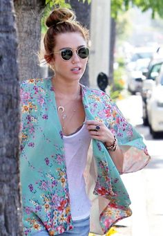 0e63a45cdc0 Spott - Miley Cyrus combines a floral kimono with her vintage green Ray-Ban  Round Metal sunglasses.