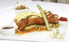 Receita de costelinha de leitão assada com molho barbecue servida com juliennes de legumes, com nabo, cenoura, abobrinha, aspargos e palmito pupunha com rosti de batata doce.