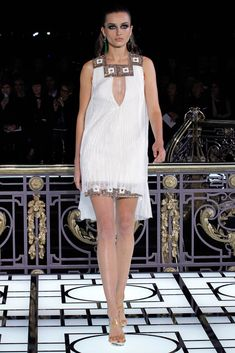 See the complete Atelier Versace Spring 2013 Couture collection.