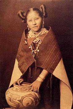 Mujer de la tribu Hopi con su característico peinado de soltera. Los hopis pertenecen al grupo de antiguos habitantes de la meseta central de los EE.UU.