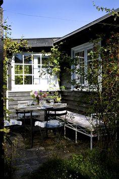 Her er hyggeligt som bare pokker! Kom med ind i det gamle træsommerhus, der oser af simpelhed og afslapning.