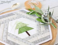 Hexie Holiday Placemat is an easy to construct seasonal project using foundation paper piecing. PDF Pattern is available from A Spoonful of Sugar. Christmas Placemats, Christmas Runner, Christmas Sewing, Christmas Projects, Christmas Decorations, Christmas Quilting, Christmas Stuff, Christmas Ideas, Patchwork Table Runner