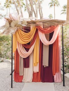 Muted Tones + Artistic Touches Stand Out in this Retro-Modern Palm Springs Wedding – Green Wedding Shoes - Home Decor Fall Wedding Colors, Green Wedding Shoes, Spring Wedding, Palm Springs, Decor Photobooth, Florence The Machine, How To Dress For A Wedding, Ceremony Backdrop, Wedding Backdrops