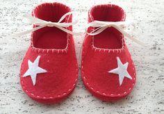 Scarpine per neonata realizzate in panno rosso di SteffiStore