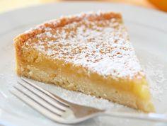 Une tarte très gourmande, garnie d'un mélange savoureux de crème au citron et crème d'amandes, un dessert savoureux.