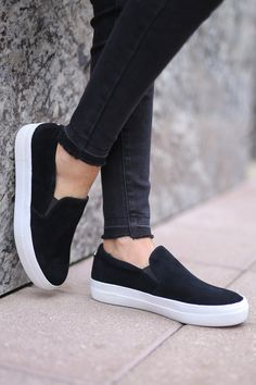 Black Casual Shoes, Black Slip On Sneakers, Women's Slip On Shoes, Men's Sneakers, Tennis Vans, Baskets, Sneakers Fashion Outfits, Nursing Shoes, Best Running Shoes