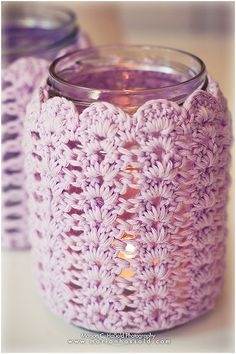 Best Crochet Designs Love this - so old lady cute in the best possible way! Would like to see this crochet candle sleeve over a Candle Impressions Flameless Candle. Crochet Cozy, Crochet Amigurumi, Love Crochet, Crochet Gifts, Diy Crochet, Crochet Hooks, Crochet Jar Covers, Confection Au Crochet, Crochet Home Decor