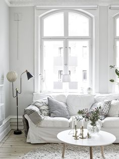 This apartment in Gothenburg (housed in a building dating back to 1899) sports the fresh white...