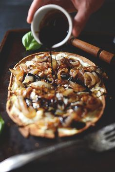 Goat Cheese & Caramelized Onion Pizza is part of California Chicken pizza Chipotle Ranch - A simple, flavorful flatbreadstyle pizza with goat cheese, caramelized onions and balsamic reduction I Love Food, Good Food, Yummy Food, Baker Recipes, Cooking Recipes, Fingers Food, Goat Cheese Pizza, Pizza Pizza, Goat Cheese Recipes