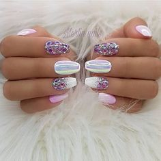 The advantage of the gel is that it allows you to enjoy your French manicure for a long time. There are four different ways to make a French manicure on gel nails. Fancy Nails, Trendy Nails, Cute Nails, Nail Bling, Glitter Gel Nails, Stiletto Nails, Spring Nail Art, Spring Nails, Summer Nails