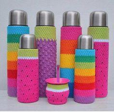 No pattern. Cute idea though. Crochet Cup Cozy, Love Crochet, Crochet Gifts, Diy Crochet, Bottle Cover, Crochet Kitchen, Crochet Accessories, Loom Knitting, Crochet Projects