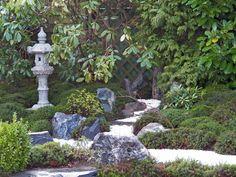 Hier wurde in Zusammenarbeit mit der Japan-Garten-Kultur GmbH die vorhandene Koiteichanlage eines freistehenden Einfamilienhauses durch einen anschließenden Trocken-Landschaftsgarten aufgewertet. Die neu gestaltete Fläche (zuvor Rasen) hat eine Größe von ca. 60 m² und konnte auf Grund einer schattigen Lage vollständig mit Moos ausgestattet werden.