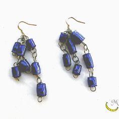Orecchini pendenti lunghi con perline di plastica riciclata arrotolate a mano - blu