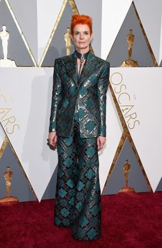 #oscarfashion Costume designer Sandy Powell attends the 88th Annual Academy Awards at Hollywood & Highland Center on February 28, 2016 in Hollywood, California.