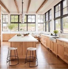 10 Creamy Kitchens with the Perfect Hint of Warmth - BECKI OWENS Light Wood Texture, Indian Home Decor, Wood Cabinets, Kitchen Cabinets, Home Interior, Interior Design, Beautiful Kitchens, Cheap Home Decor, Kitchen Design