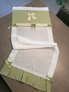 Tendine Lilly cucito❤ Curtains And Draperies, Home Curtains, Kitchen Curtains, Window Curtains, Chevron Table Runners, Table Runner And Placemats, Fabric Crafts, Sewing Crafts, Sewing Projects