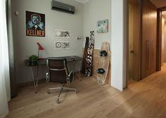 Pracovna (a dílna zároveň) se starou židlí, která patří ovšem k designovým ikonám. Divider, Desk, Squat, Room, Furniture, Home Decor, Bedroom, Desktop, Squat Bum