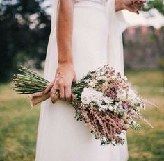 Bouquets for brides Choosing the bouquet is one of the most personal decisions of bride in wedding organization . Herb Wedding, Wedding Prep, Rose Wedding, Wedding Planner, Dream Wedding, Wedding Day, Simple Wedding Bouquets, Diy Wedding Flowers, Flower Bouquet Wedding