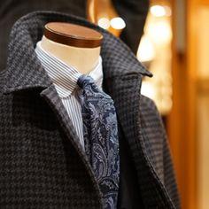 BEAMS EX YOKOHAMA 店内トルソーのVゾーン  それぞれの柄の大きさをセオリー通りに変えた、バランスの良いコーディネートです。ちなみにスーツは無地です。 やはりこういったエレガントなスタイリングには、ネクタイのノットを小さく結ぶのが好みです。