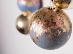 DIY-Anleitung: Weihnachtskugeln aus Holz mit Blattmetallflocken herstellen via DaWanda.com