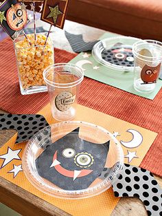 Easy Place Settings for Halloween.  Kids will really love these and they are easy with some clear dollar store plates and scrapbook paper you can create a fun table!