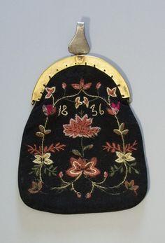 Kjolsäck till dräkt för kvinna från Älvros socken, Härjedalen. Framstycke av svart ylletyg, vävt i tuskaft. Broderad med ullgarn i vitt, två rosa toner, grönt samt något blårött. Fritt broderi med två centralt placerade större blommor och blomsterslingor runtom, sytt med stjälksöm, schattérsöm och plattsöm. Årtalet 1836 sytt med vitt garn och stjälksöm. Bygel med snäpplås, framdel av mässing och bakdel av stål. Framdelen med graverad dekor. Upptill gångjärnsmekanism med krok... Scandinavian Embroidery, Swedish Embroidery, Medieval Embroidery, Embroidery Ideas, Textiles, Embroidered Bag, Viking Age, Beaded Purses, Antique Clothing