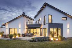 Pultdach Klassik 233. Raffinierte Architektur, gepaart mit einer klassischen Farbgebung. Die Pultdächer stehen versetzt zueinander und bilden so nicht nur im Gartenbereich einen eigenständigen Raum, sondern auch im eingeschossigen Herz des Hauses.  Im Innenraum setzt sich diese subtile Raffinesse fort. Gedeckte Naturtöne und hochwertige Materialien sorgen für eine elegante Wohlfühlatmosphäre.  Gesamtwohnfläche 233 m²