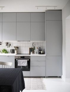 To create a Scandinavian inspired kitchen, create flat door profiles and a geometric splash back!