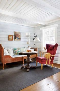 Zdjęcia: Inger Marie Grini/House of Pictures, Produkcja sesji: Tori Haugen  #Styl #skandynawski #salonik #sypialnia #łóżko #fotel #stolik #mały #czerwień #okno #zasłonki #wnętrza #wnętrze #dom #mieszkanie #domek #Skandynawia #biała #ściana #dywan
