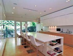 La cocina tiene el aire minimalista del resto de la casa, con una bonita isla central pensada para c... - Copyright © 2015 Hearst Magazines, S.L.