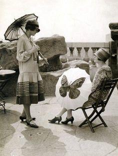 flappers with parasol Moda Vintage, Vintage Love, Vintage Beauty, Vintage Girls, Vintage Style, Vintage Pictures, Old Pictures, Vintage Images, 1920s Swimsuit