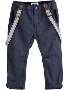 Enkle bukser fungerer bra. Bare pass på at selene sitter på plass. For store seler blir ikke så bra.