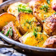 Masterchef star reveals the secret to cooking the perfect roast potatoes Perfect Roast Potatoes, How To Cook Potatoes, Cubed Potatoes, Crispy Potatoes, Roasted Potatoes, Potato Dishes, Potato Recipes, English Roast, Gourmet Recipes