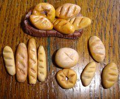 """Cher(e)s ami(e)s, Un petit tuto à vous proposer rapide à réaliser et qui permet de compléter des accessoires pour la crèche. Nous allons faire en quelques minutes à peine, des petits pains. On prend un petit bout de pâte FIMO couleur """"caramel clair""""...."""
