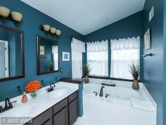 Nice blue bathroom...