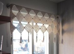Weave your own home decor with this DIY Zoom Loom Valance by Stephanie FLynn Sokolov! Free project on the Schacht Website. Pin Weaving, Card Weaving, Loom Weaving, Loom Knitting Projects, Weaving Projects, House Tweaking, Inkle Loom, Weaving Patterns, Weaving Techniques