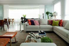 Um apartamento com ambientes leves e detalhes cheios de cor é a morada de uma alegre família paulistana. Projeto Roberta Banqueri.
