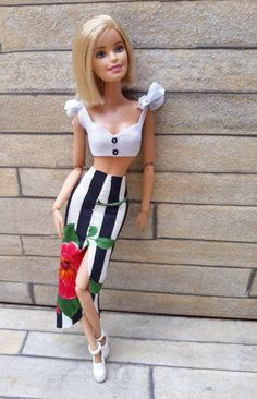 White cropped with slit Midi skirt- Cropped branco com saia Midi de fenda White cropped with slit Midi skirt - Diy Barbie Clothes, Barbie Clothes Patterns, Beautiful Barbie Dolls, Vintage Barbie Dolls, Juste Zoe, Barbie Doll Hairstyles, Barbie Tumblr, Custom Barbie, Barbies Pics