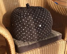 Bought a new cotton stuffed cushion for my pot cozy.   JESK というスエーデン系の雑貨屋さんでクッション購入。断熱と座りが良くなる。