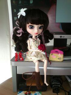 - ¿Qué haces con esa lana, Maeko?  - Me gusta este color para las botas  - Te las estoy haciendo marrones  - Ya lo veo, pero me gustarían más así, ¿porque no me las haces de este color?  - No tengo sufiente lana.  -¡Oh vaya, qué pena!
