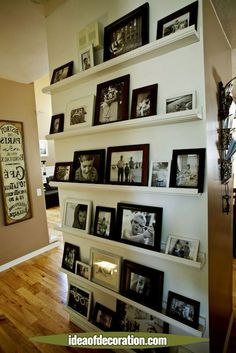 These would be easy to switch out especially if you have a growing family. Tell the story of your family in ever evolving chapters. Gallery Wall - no having to drill holes in the wall, easy to move frames around! Home decor design Cheap Home Decor, Diy Home Decor, Living Room Designs, Living Room Decor, Photo Shelf, Photo Wall, Photo Room, Farmhouse Side Table, Floating Shelves Diy