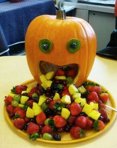 100 Creepy Halloween Food ideas that looks disgusting but are delicious - Hike n Dip - - Make your Halloween Party special with these Creepy Halloween food ideas. These Halloween food recipes look scary but are delicious & perfect for party. Halloween Party Snacks, Halloween Desserts, Entree Halloween, Postres Halloween, Creepy Halloween Food, Halloween Fruit, Halloween Appetizers, Halloween Cupcakes, Appetizers For Party