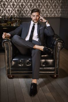 The trick to mastering after-work style? Start by finding a suit that's fit for the office and polished enough for a night on the town, like this look from and style writer Fashion Night, Work Fashion, Urban Fashion, Mens Fashion, Office Outfits, Night Outfits, Men's Outfits, Gentleman, Urban Style Outfits