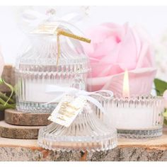 Μπομπονιέρα Αρωματικό Κερί σε γυάλινη mini φοντανιέρα Soap Tales Μπομπονιέρα Αρωματικό κερί μέσα σε κυλινδρική, ανάγλυφη ριγέ, γυάλινη mini φοντανιέρα με χρυσή κορδέλα.  Κερί με άρωμα Coconut Vanilia, διάμετρος κουτιού 6,5x10εκ  Στην τιμή περιλαμβάνεται το δέσιμο με 5 κουφέτα σοκολάτας τύπου Crispy με χρυσές πιτσίλες, σε τούλι.